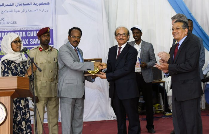 "President of Somalia Mohamed Abdullahi Mohamed ""Farmajo"" gives an award to the WHO Regional Director Dr Mahmoud Fikri in gratitude for WHO's continued and effective support."