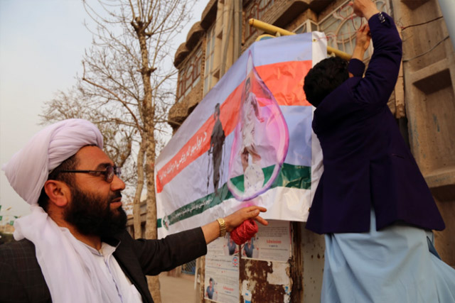 On the first day of the campaign, banners were hung on roadsides, mosques and health centres all over the country announcing the campaign and encouraging parents to vaccinate their children. This banner was hung on the side of a busy street in Herat city.