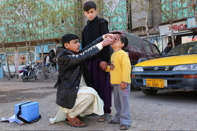 During the campaign week, mobile teams also vaccinated children on the streets and outdoor markets. Farzad, aged 16, was working by himself in the centre of Herat. In a single day, he vaccinated tens of children.