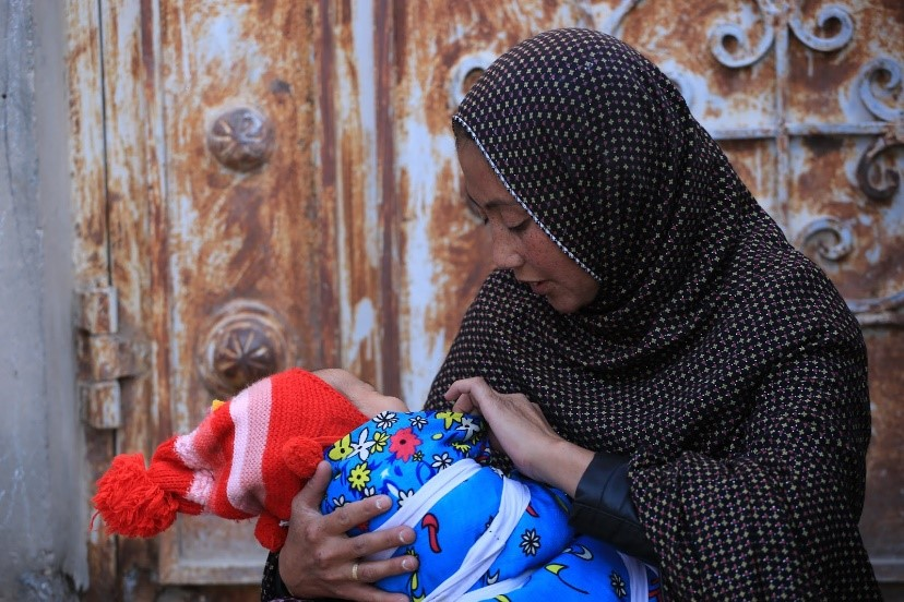 Yasameen, 2 months old and mother Sitara, Herat province. Yasmeen lost her father recently and mother does chores around other houses to make a living. Photo: Ramin Afshar / WHO Afghanistan Jalalabad province