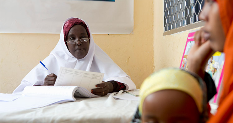 nurse_maana_with_a_patient_at_the_CISP_clinic_in_the_bonder_district_of_mogadishu_somalia_002
