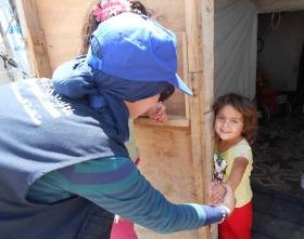 WHO staff member reaches out to young Iraqi girl