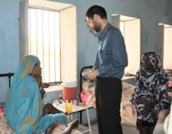 Dr Anshu visiting a leishmaniasis centre in Bazoora, Gedaref state