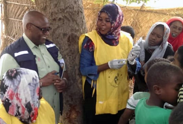 WHO monitors the adminidtration of yellow fever vaccine by a mobile vaccination team in Blue Nile state