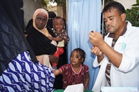In Charitable Health Clinic in Al-Basatin area of Aden. There were many Somali refugees who brought their children to be vaccinated. Old and young Somalis were also vaccinated. The vaccinator there deal with hundreds of people every day.